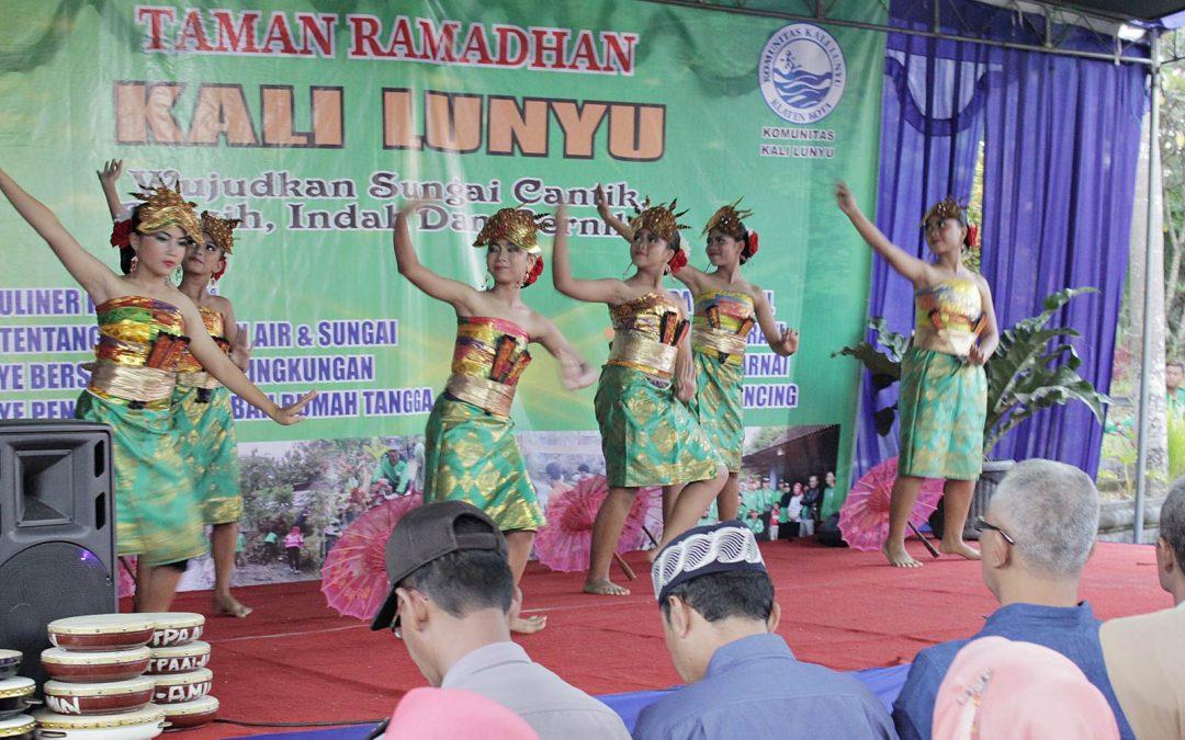 Penampilan Tari SMP Kristen 1 Klaten di Taman Ramadhan